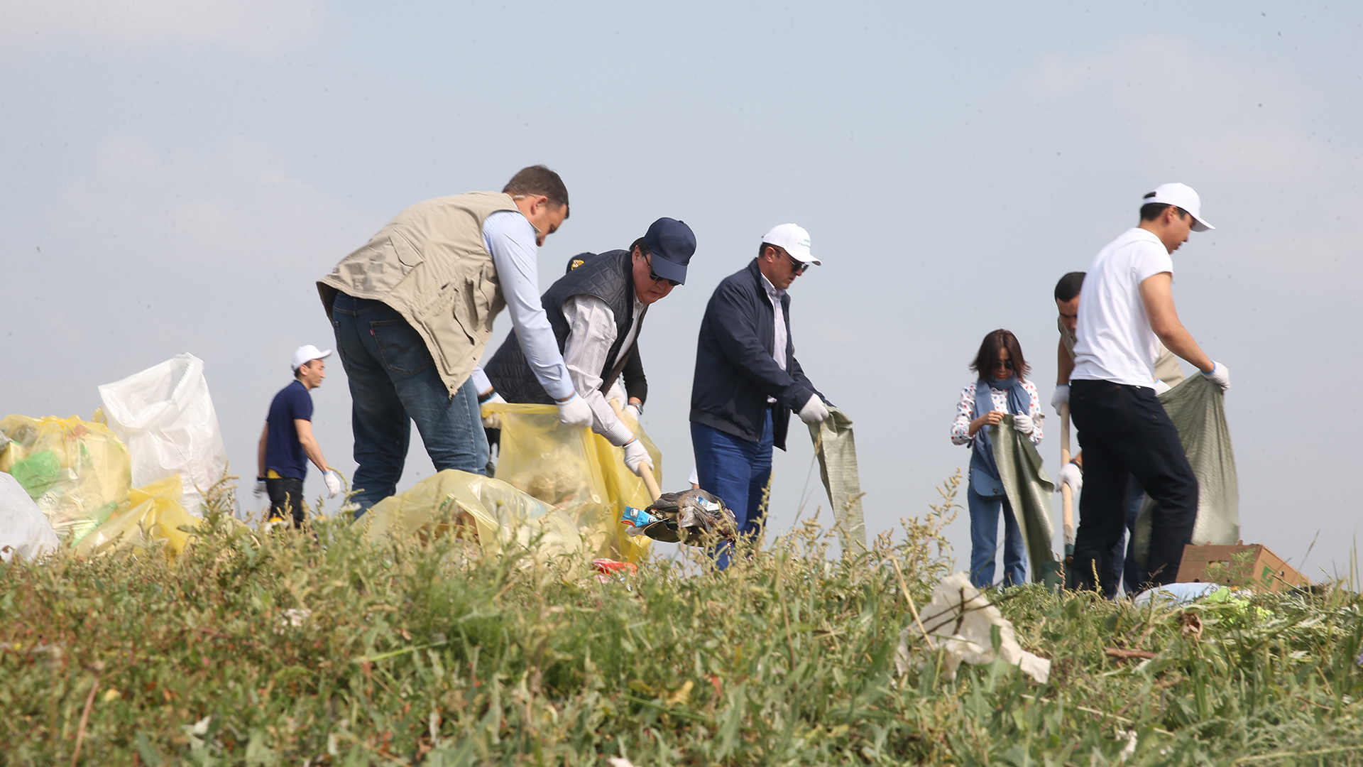 Министрлер Нұр-Сұлтанда сенбілікке шығып, 16 тоннадан астам қоқыс жинады