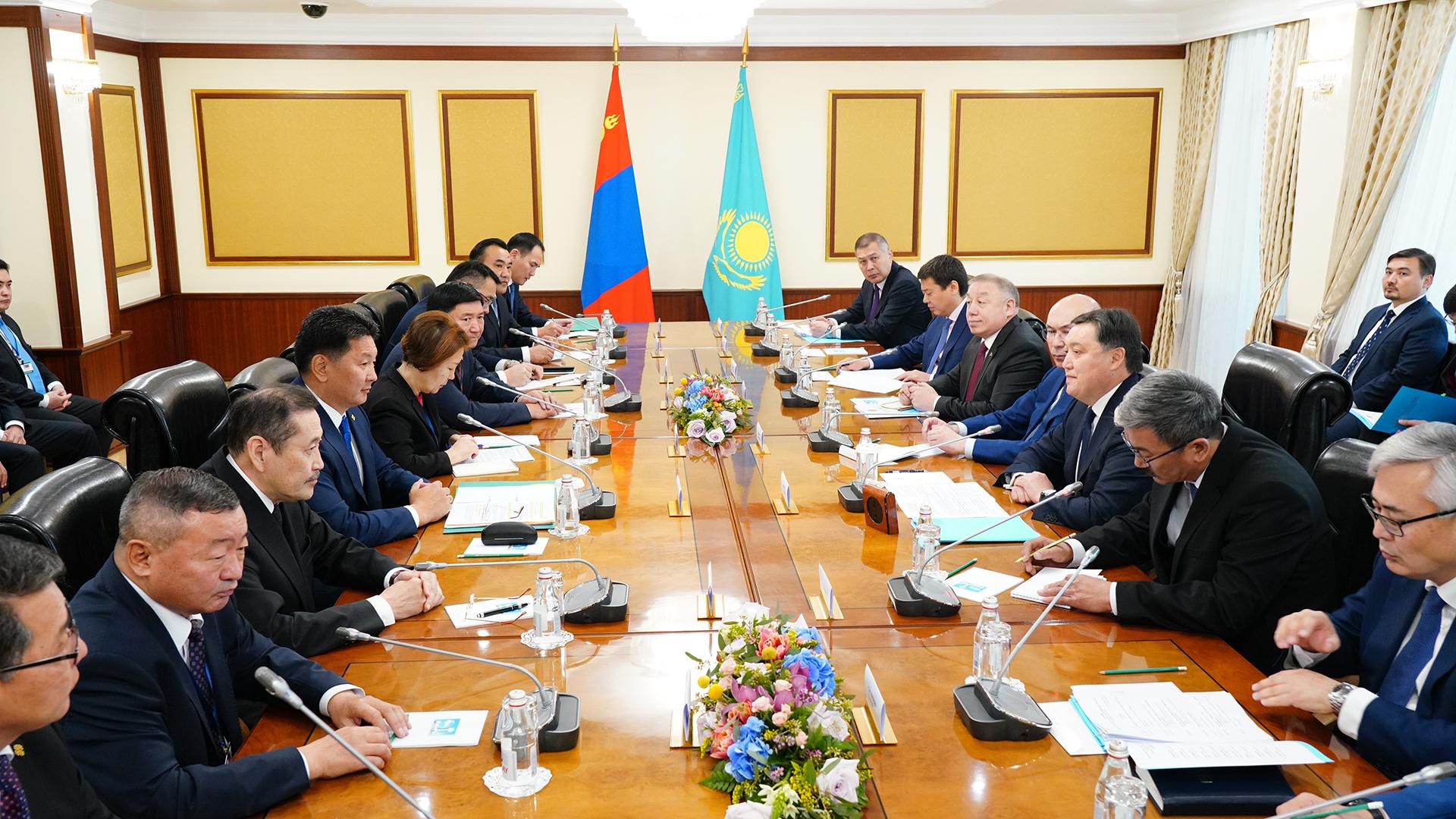 Премьер-Министр А. Мамин провел переговоры с Премьер-Министром Монголии У. Хурэлсухом 1