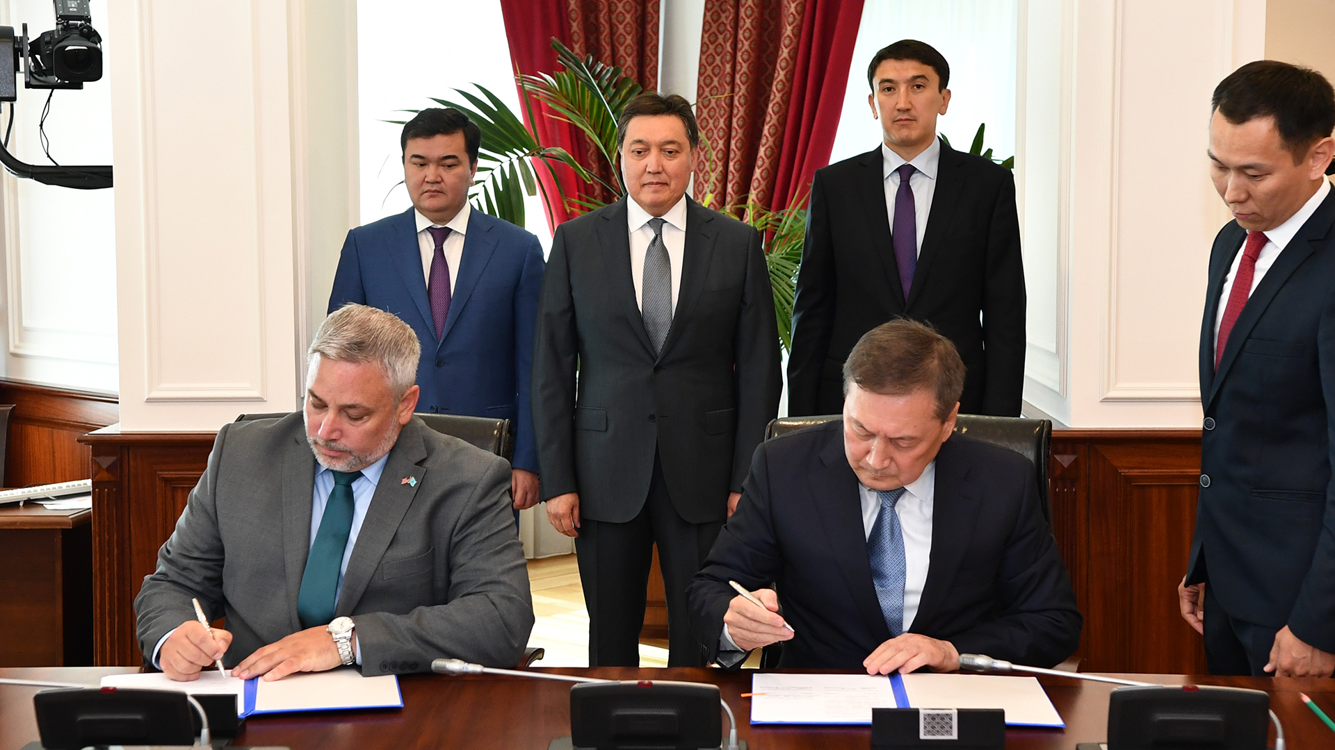 Government of Kazakhstan and TNC Valmont Industries sign document on
