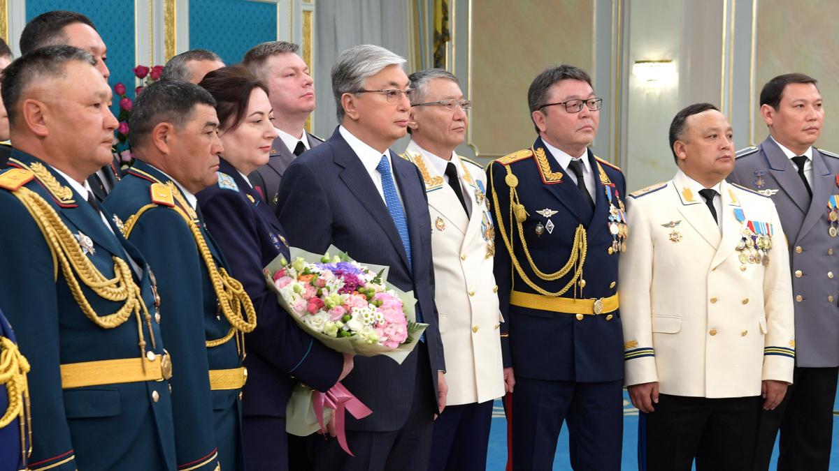 Глава государства К. Токаев вручил ордена и медали военнослужащим и сотрудникам правоохранительных органов