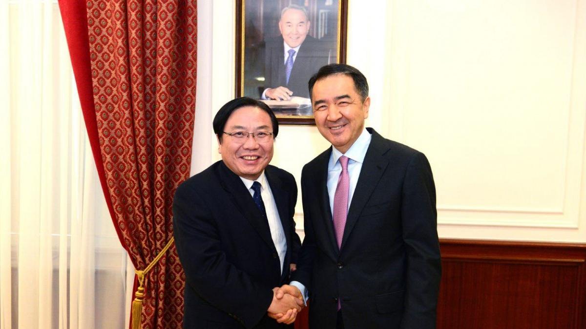 萨金塔耶夫会见亚洲开发银行副行长张文才