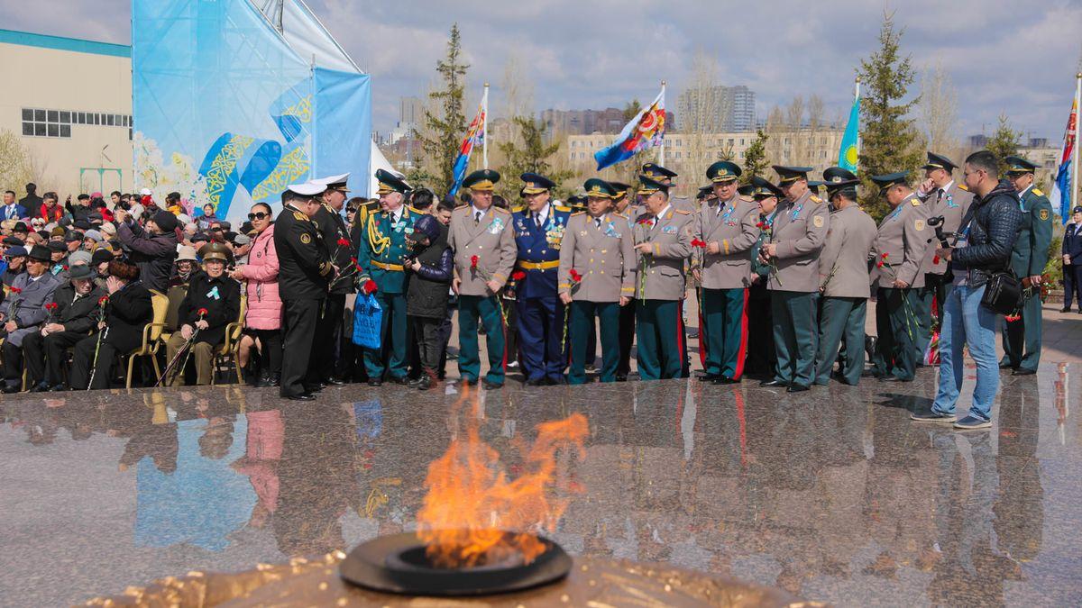 В Астане состоялась церемония возложения цветов к монументу «Отан қорғаушылар»